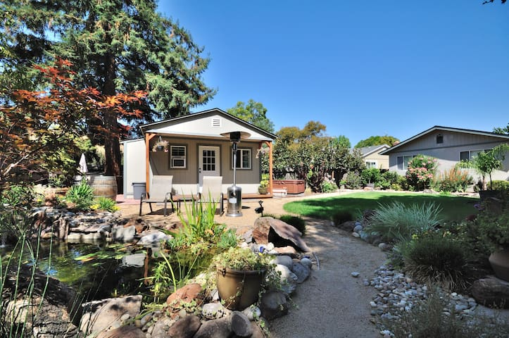 Relaxing Backyard Garden Cottage w/ Hot Tub - Novato - Hus