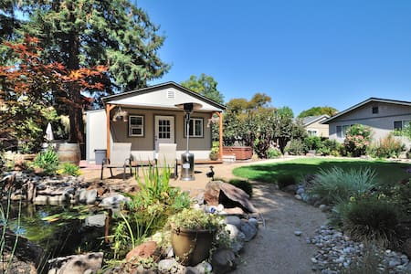 Relaxing Backyard Garden Cottage w/ Hot Tub - Novato - Casa