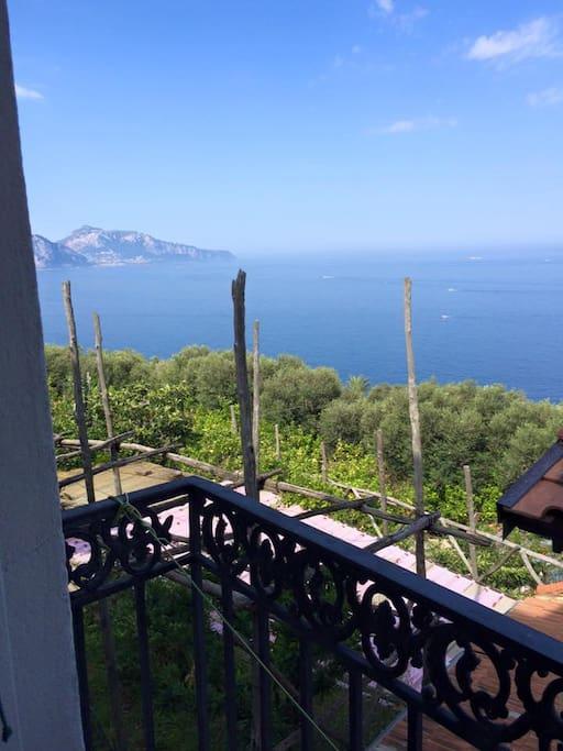 vista su Capri dal balcone