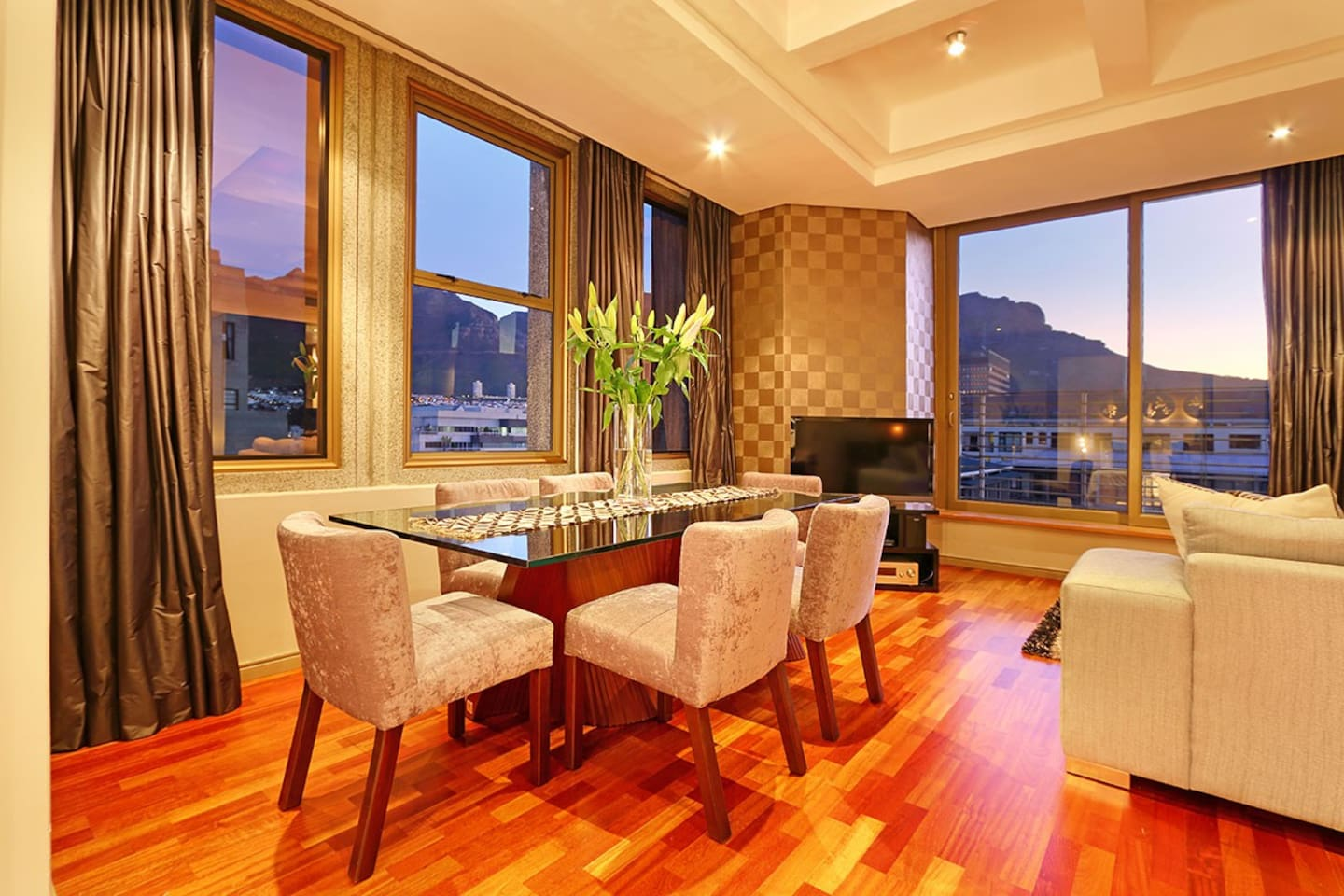 Cartwright's 1203 has magnificent views of Table Mountain from bedrooms, lounge and 6-seater dining table