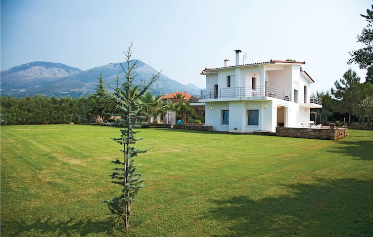 Holiday cottage with 4 bedrooms on 200m² in Kyparissia, Messinia
