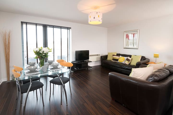 StylishTop Floor Flat close to Train Station & LGI