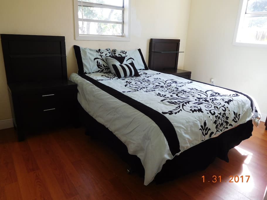 This spacier room faces the front of the house. Also has a brand new mattress with new Serta anti-allergy king size pillows and brand name linen. You have two big night stands with an even bigger dresser.