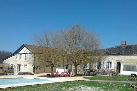 grand gîte lumineux avec piscine - Sainte Sabine Born - Huis