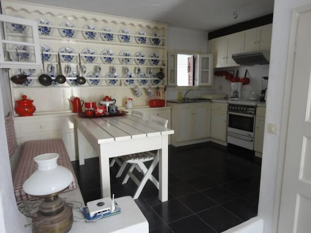 fully equipped kitchen,with dining room