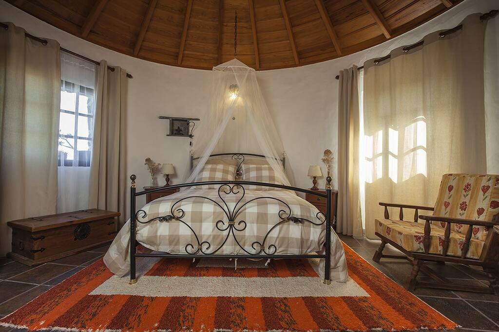 Dormitorio. Techos de madera y aire romántico