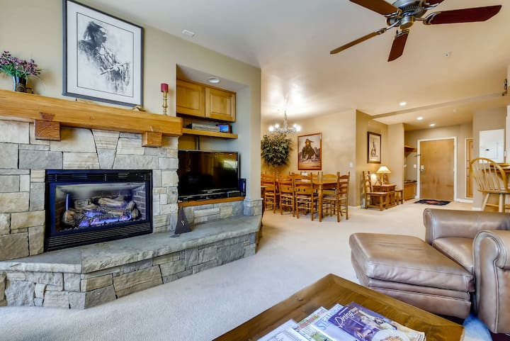 Mountain chalet w/ winter shuttle & shared fitness, pool, hot tub, & more!