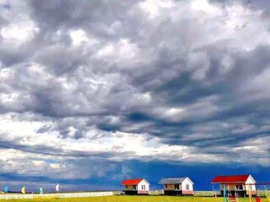 住宿的四个房子天空