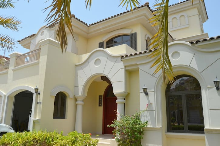 4 B/R Villa @ the Palm W/ Private Beach & Pool - Dubaj - Dom