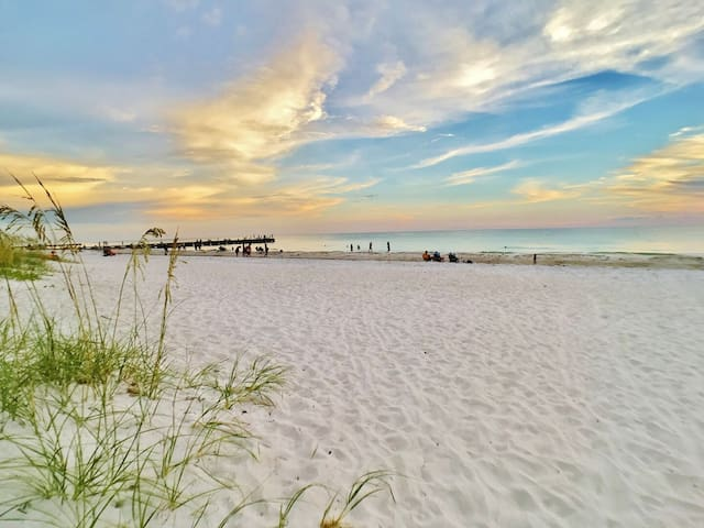 Holmes Beach Side Vacation Rental Cottage Walk to Beach, Shopping, and More!