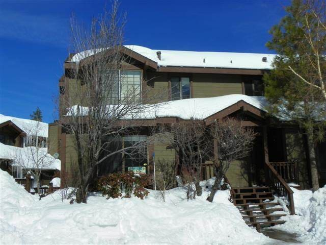 Brown Bears Den Condo - Lakefront Complex with Seasonal Pool and Hot Tub!  Free WiFi!
