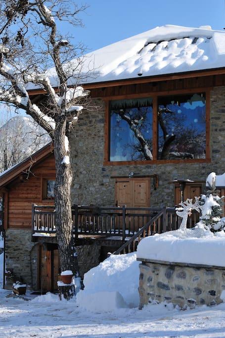 La Ferme sous la neige, dès le mois de décembre. Magnifique chalet de pierres. Ce  4 étoiles luxe plongent ses hôtes dans une ambiance contemporaine et épurée.