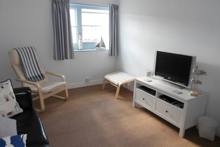 This flat has just been totally refurbished with calm soft colors and has a relaxed feel. Kitchen/diner with hob, microwave, fridge, toaster and kettle. Large lounge, flat-screen tv and wi-fi. Double bedroom. Shower with toilet & washbasin.