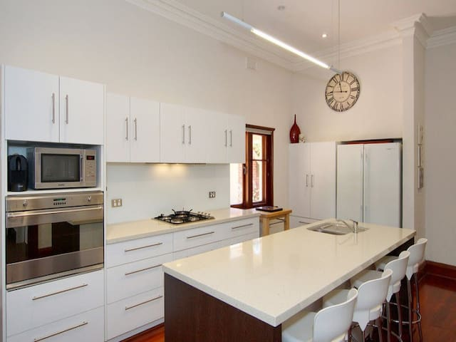 Spacious family home near the city - North Perth - House
