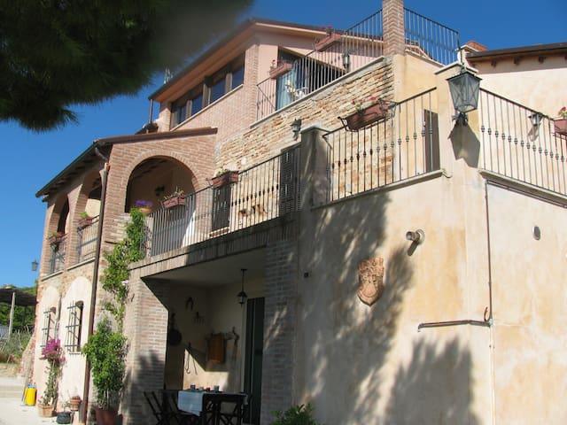 """Casale del Levriero """"Il Pampino"""" - Montefiore dell'Aso - อพาร์ทเมนท์"""