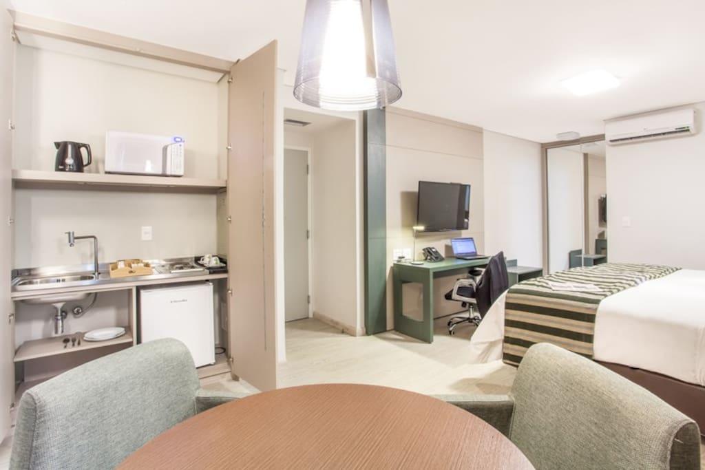 Apartamento com mini cozinha.