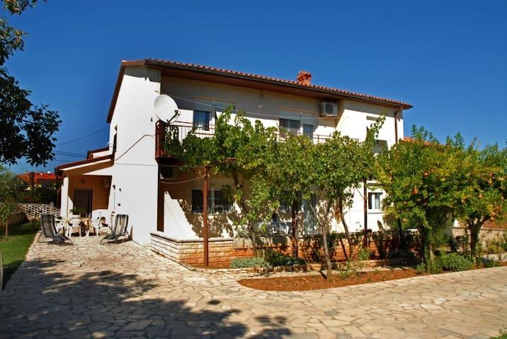 Apartment for 8 person near the sea - Ližnjan - Villa