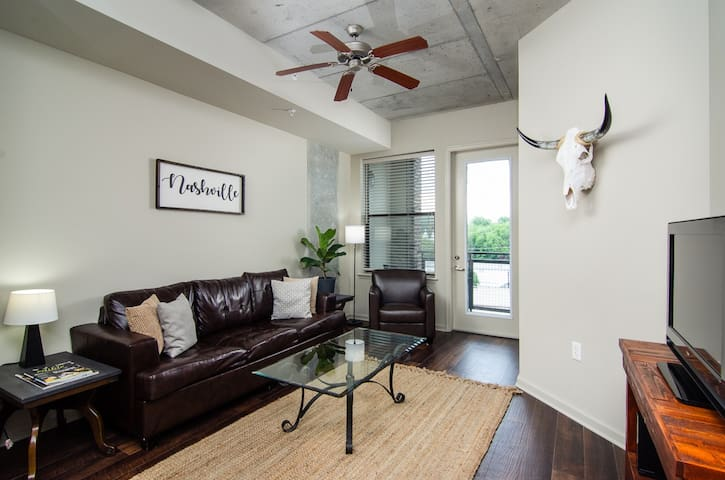★Luxury Midtown Apt w/ POOL! Close to DT | Gulch★