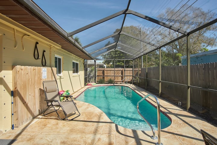 Cozy 3 bedroom home with pool next to  golf course