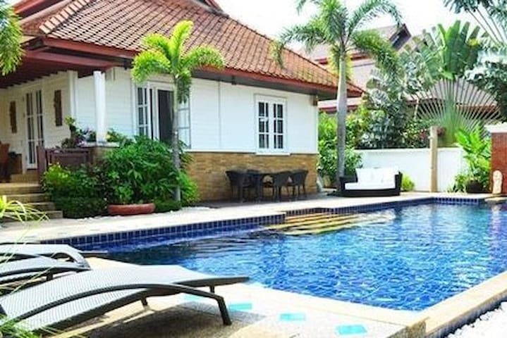 Paradise pool Villa walking distance to the beach