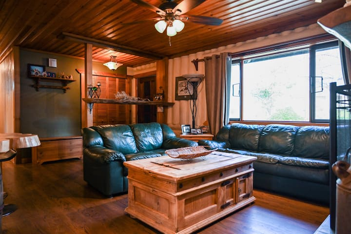 """Cozy & comfortable living area with a large 50"""" flat screen & fireplace.  Relaxed open layout to dining area & kitchen.  Perfect for a cozy evening or an evening of entertainment."""