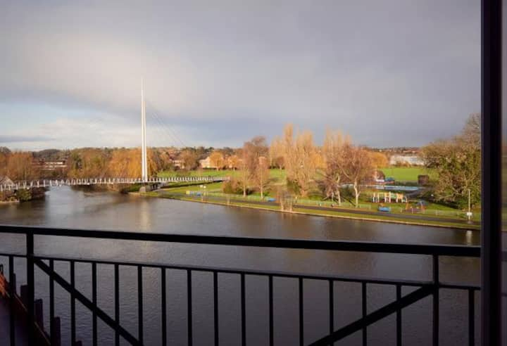 Stunning riverside apartment with parking, Reading