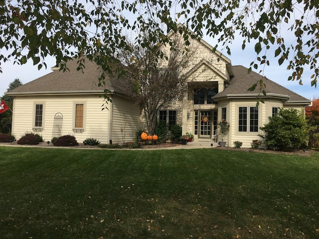 4 Bedroom Home Near Erin Hills 2017 U.S. Open - Pewaukee - Hus