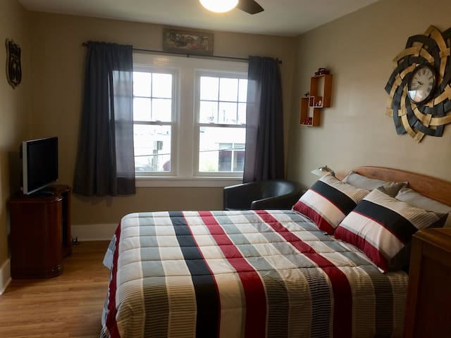 *NEW* The DownTowner B&B: Traveler Room #1