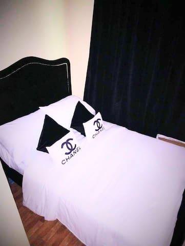 Private Room for Rent (1 mon adv 1/4 mon dep)