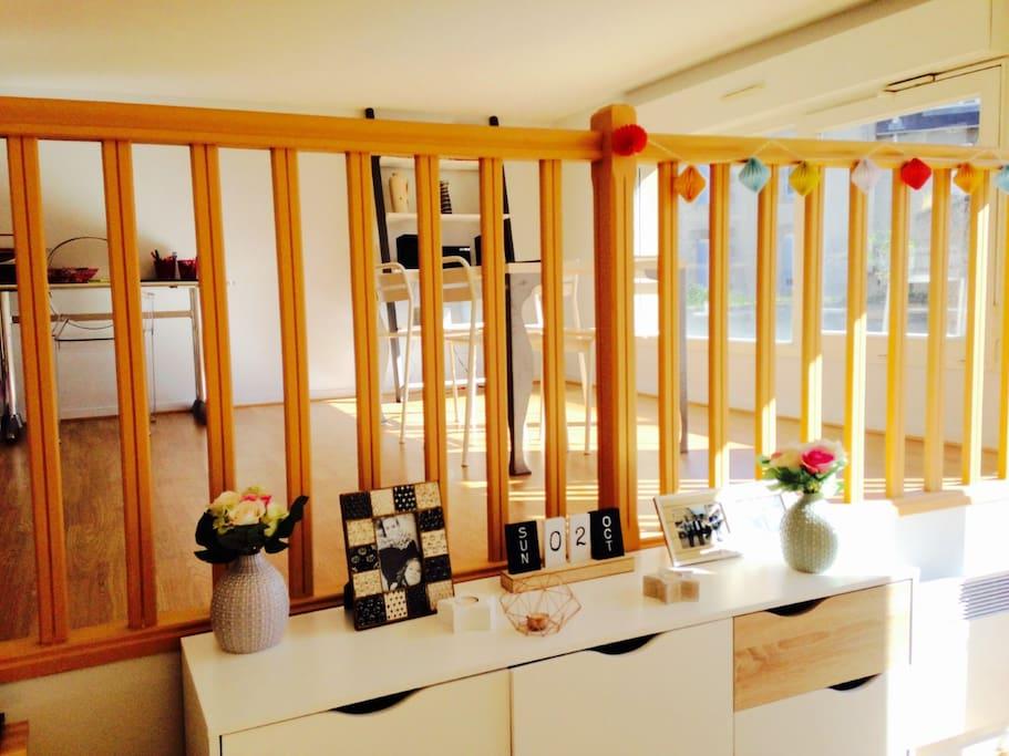 Mezzanine avec espace salle à manger, bureau, et lit 2 places