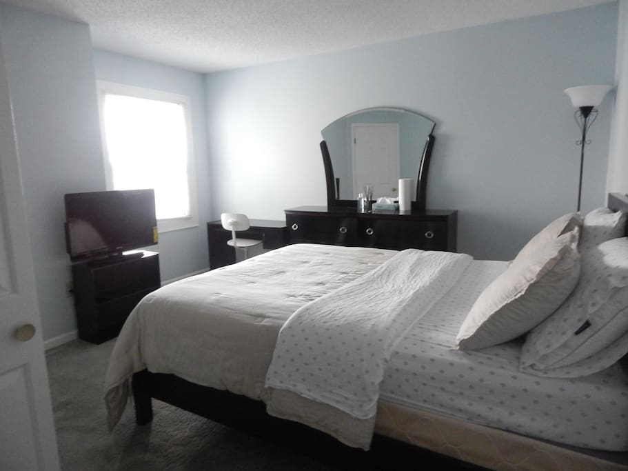 Private Bedroom- TV, Fresh sheets/Blanket, Fresh Towels, Dresser/Mirror,Table, Chair.