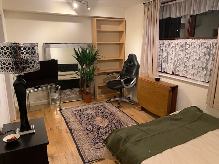 Studio with private garden and free parking