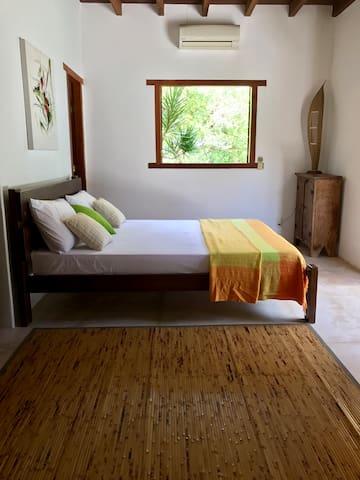 Suite 2 com ar condicionado / Bedroom #2 with double bed and aircon.