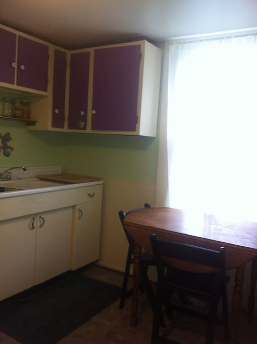 Kitchen: double sink, small table.