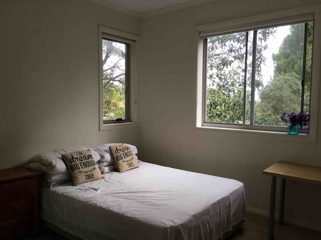 Comfortable quiet master suite(close Chatswood)