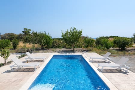 Villa Jasmine next to the sea with private pool