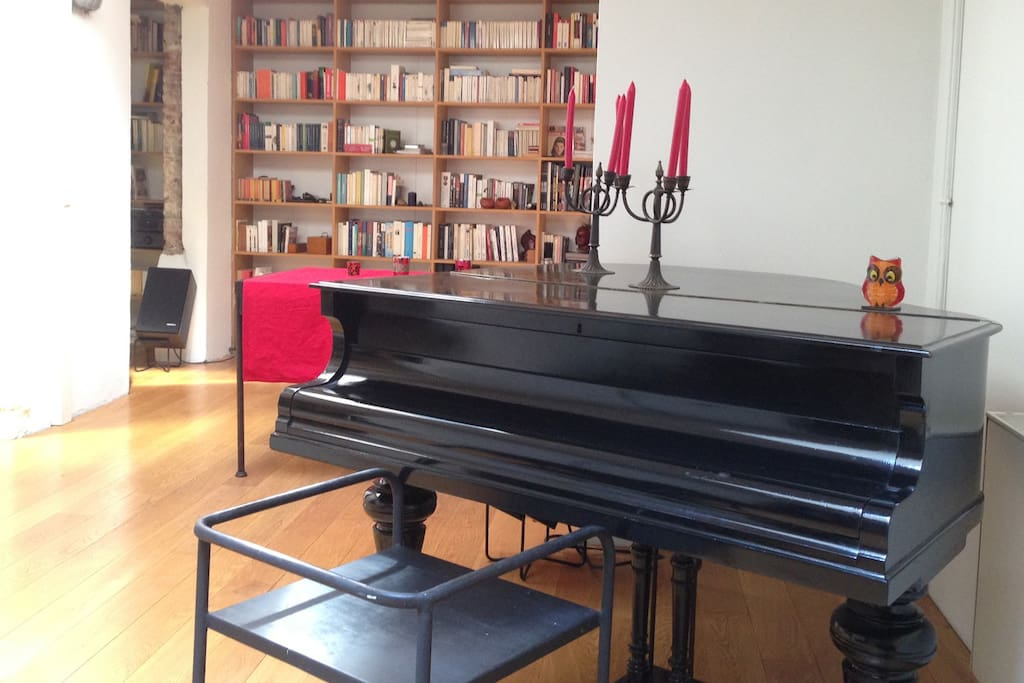 Yes, there is a real grand piano !! (It is out of tune)