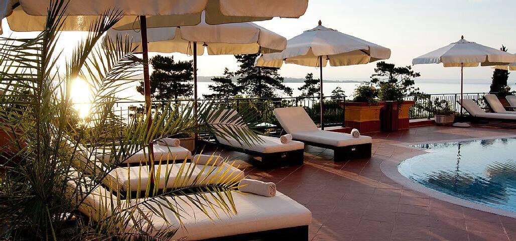 2 bed apt, pool, spa, gym, beach