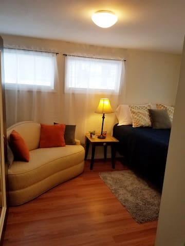 Sunny, fully remodeled apartment. Great Amenities!