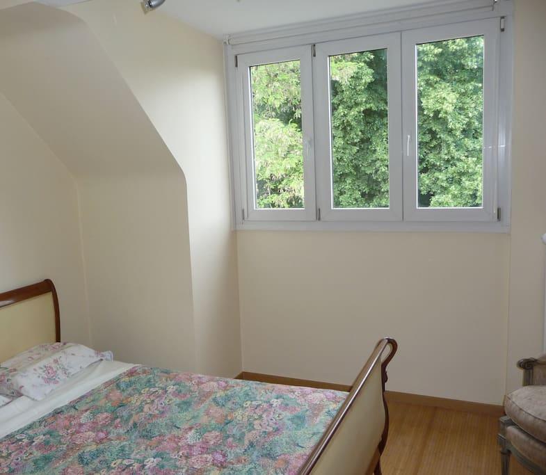 La chambre à coucher donnant sur les jardin