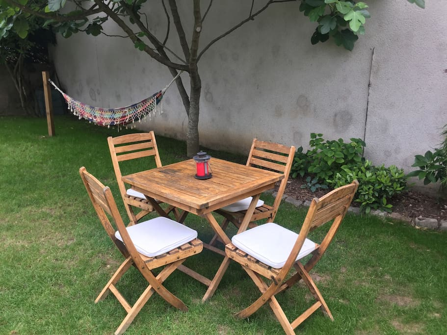 Coin jardin avec table et 4 chaises pour vous