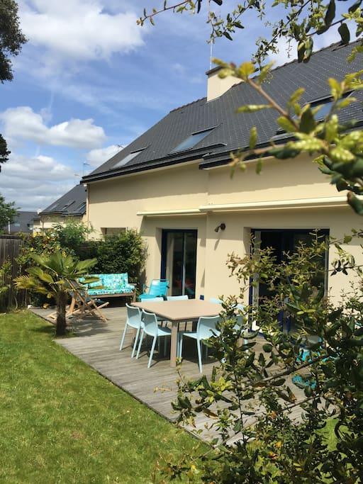 Vue maison côté jardin exposé ouest avec stores électriques  terrasse