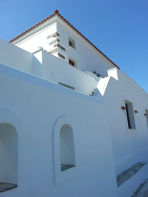 The Cycladic style is well preserved