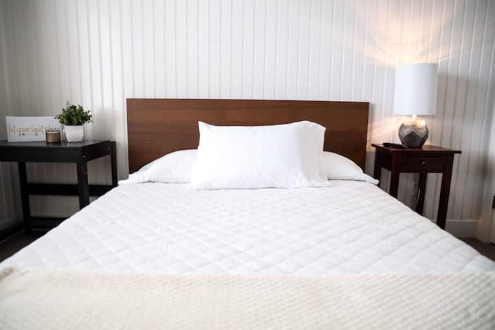 Quiet cozy one bed near I-15 & UTA station