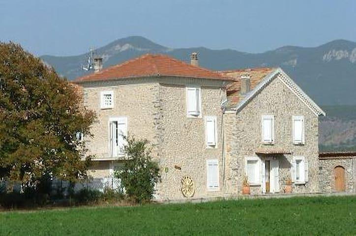 Gite Feniere ds Mas en pierre 18em - Laragne-Montéglin - House