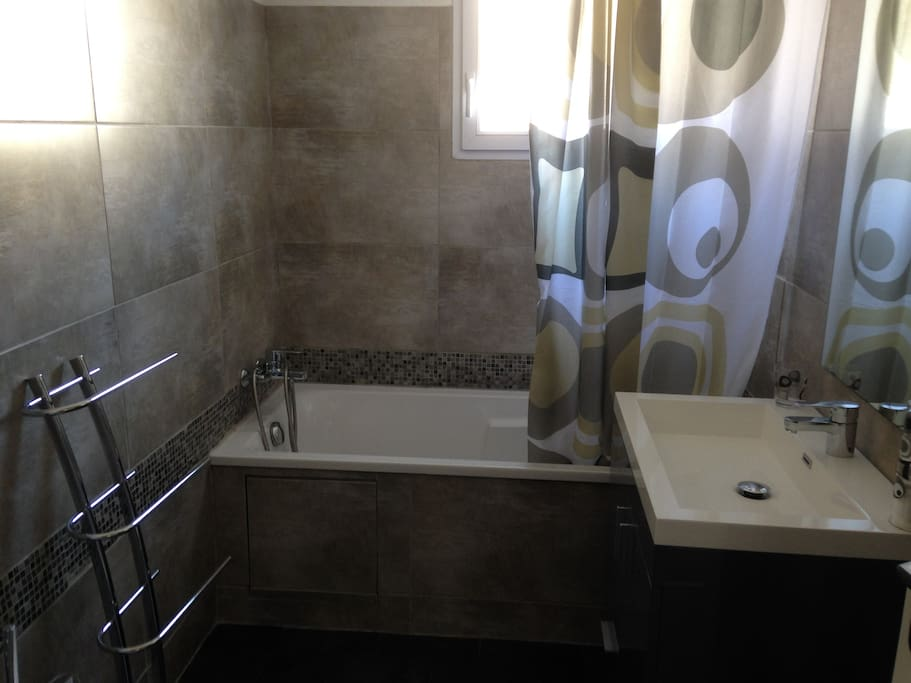Salle de bain avec baignoire ( gel et shampoing à disposition)