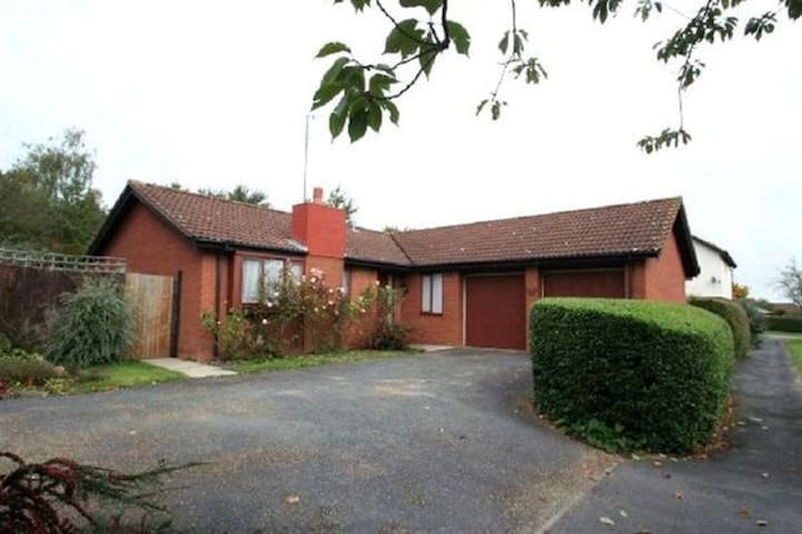Double BedRoom in lovely Bungalow - Two Mile Ash