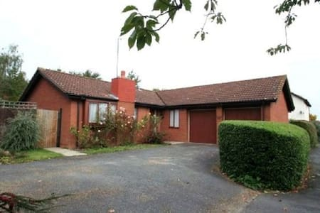 Double BedRoom in lovely Bungalow - Two Mile Ash - Bungalow