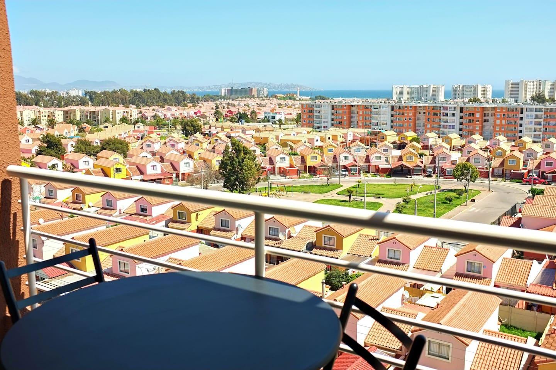 Maravillosa vista panorámica al mar, faro monumental de La Serena y bahía de Coquimbo.