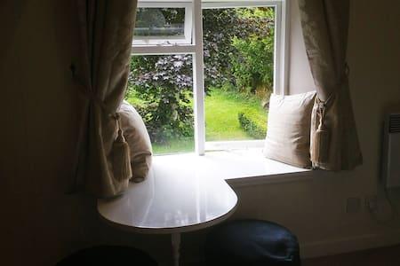 Cozy Double Bedroom, Garden View - Killin